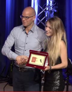 Irene Venturi riceve il I° premio categoria under 18 da Massimiliano Avanzi, direttore della Banca Popolare di Verona
