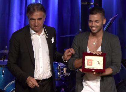 Raffaele Tammaro riceve il 1° premio over 18 da Antonio Lella assessore al decentramento comune di Verona