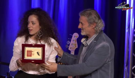 Virginia Perbellini riceve il 1° premio da Alberto Zeppieri giornalista critico musicale